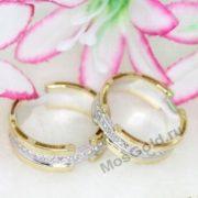 Обручальные кольца на фоне цветков