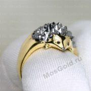 Кольцо ёжик на пальце