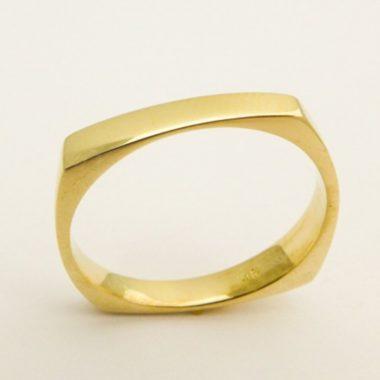 Квадратное кольцо из желтого золота